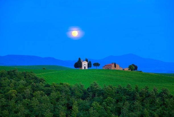 Moonrise_Chapel_Tuscany_Italy