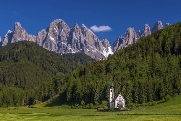 photo-dolomites-mountains-church-italy