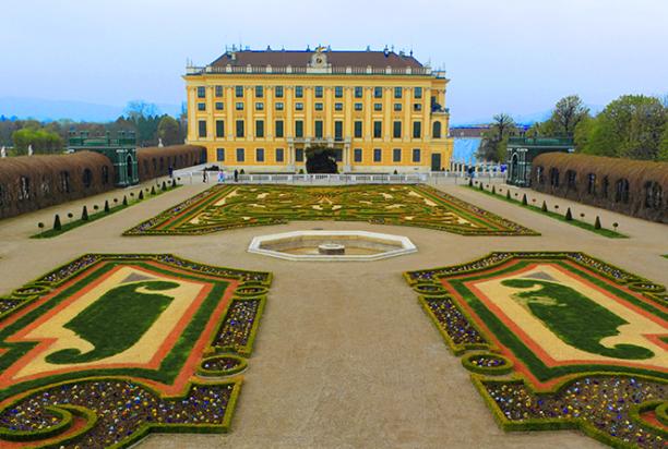 Schönbrunn-Castle_Vienna_Austria