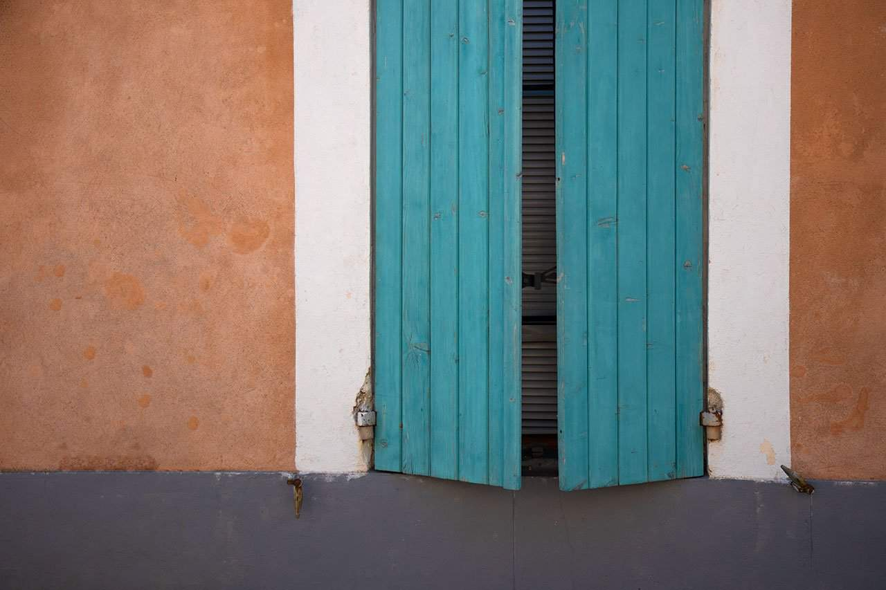 France_Provence_Roussillion_teal-shutters_2018
