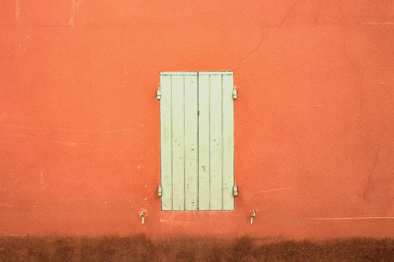 France_Provence_orange-wall-and-green-shutter_2018