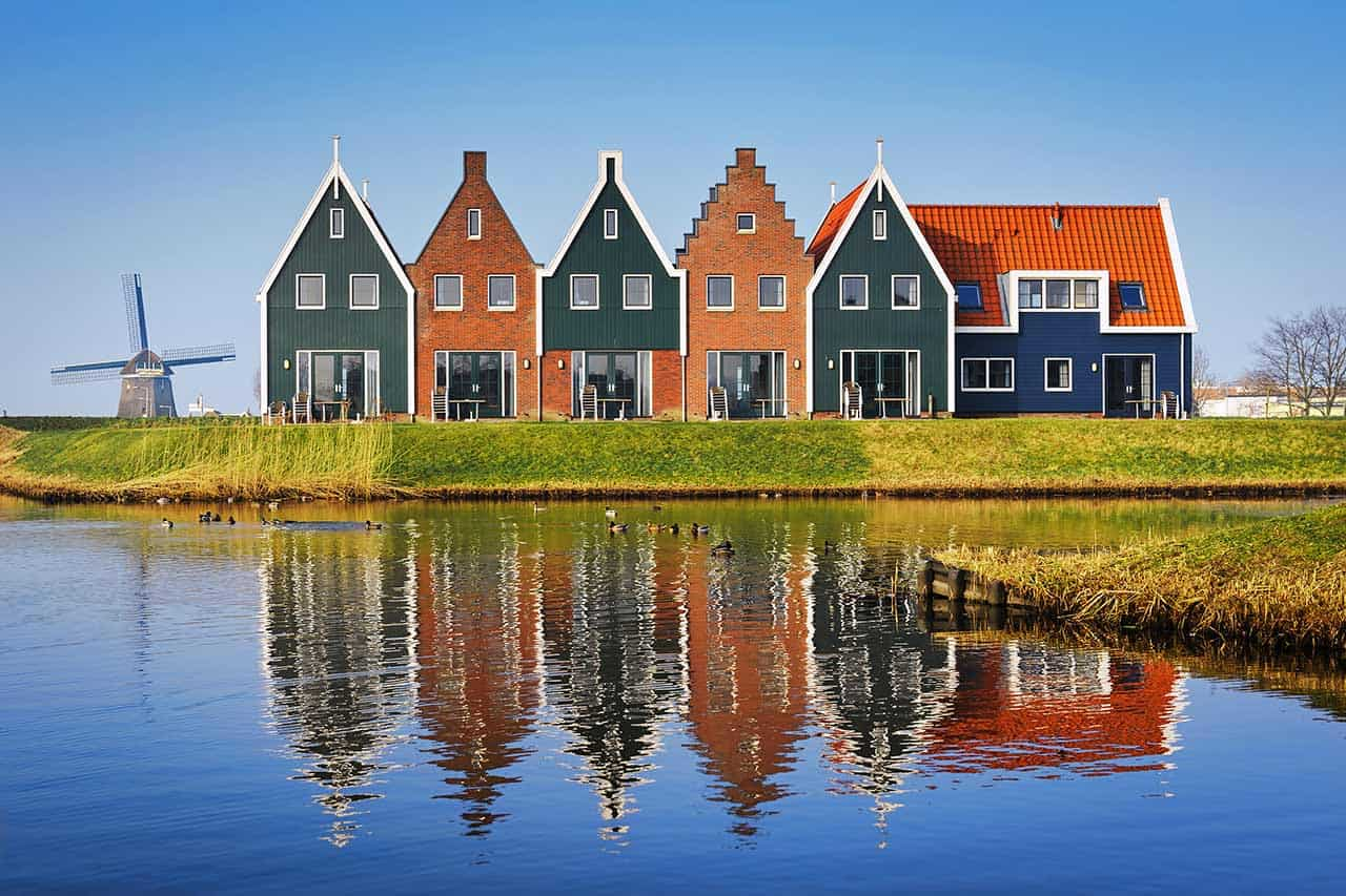 Netherlands_Volendam_windmill-and-colorful-houses