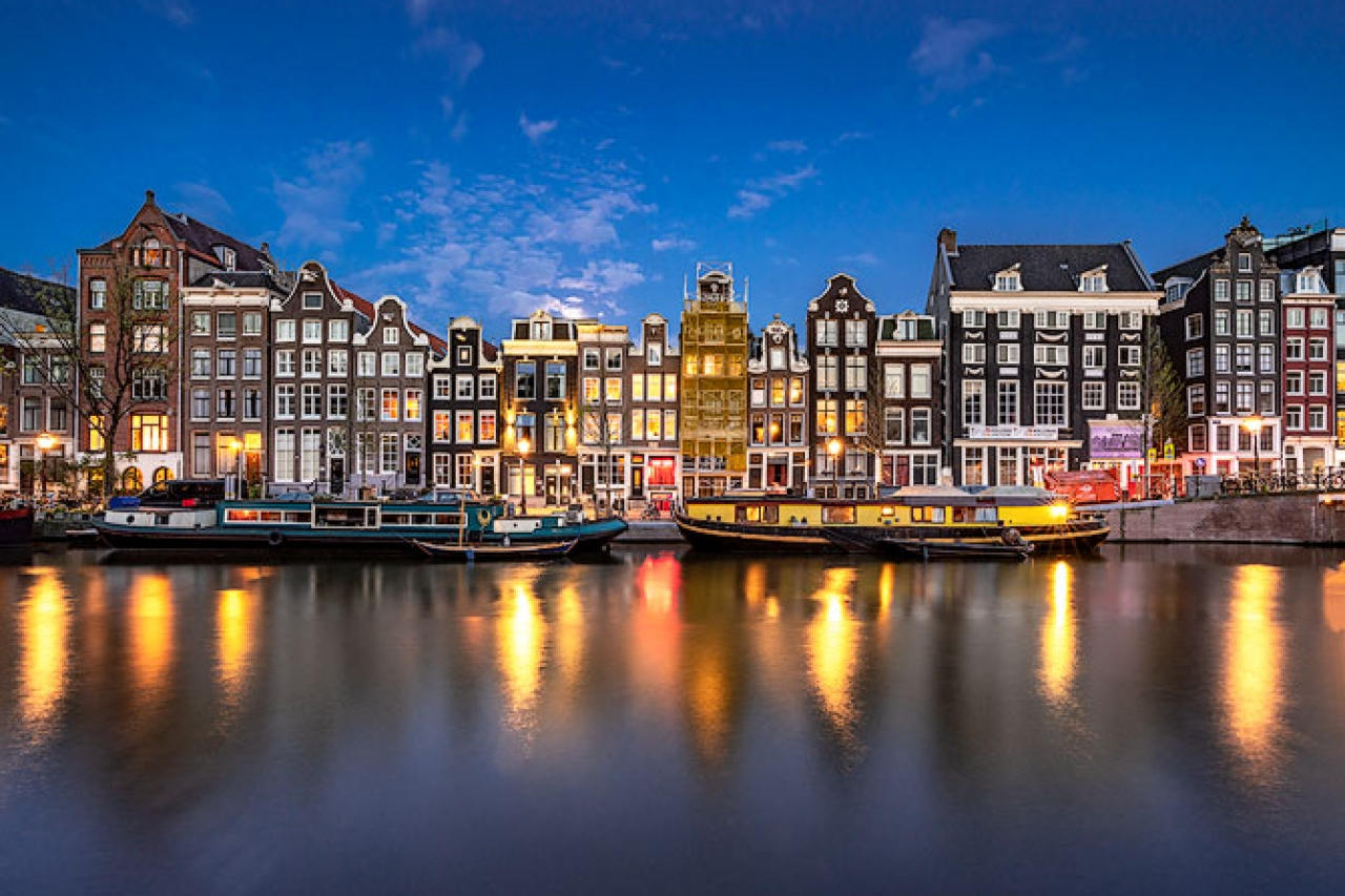 Singel_Canal_Night_Amsterdam_Netherlands